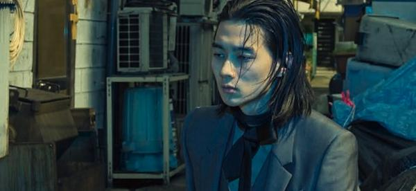 柳俊太郎さんの黒服の写真