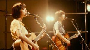 小松菜奈さんが歌っている様子