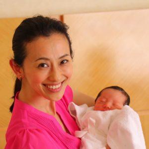 赤ちゃんを抱っこする紺野まひるさん