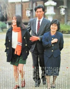 小田茜さんとご両親の画像