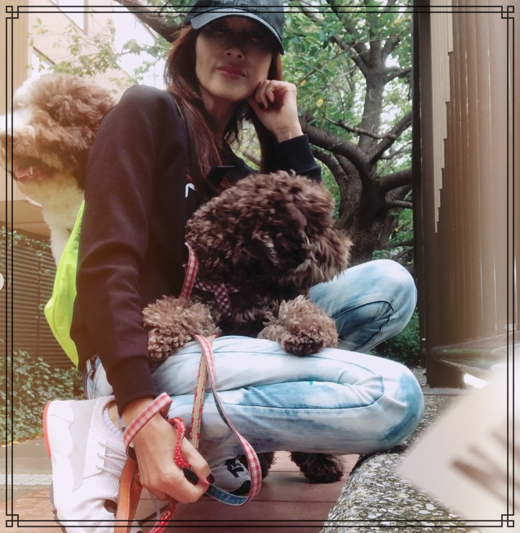 愛犬エトワールとアムと工藤静香さんの画像