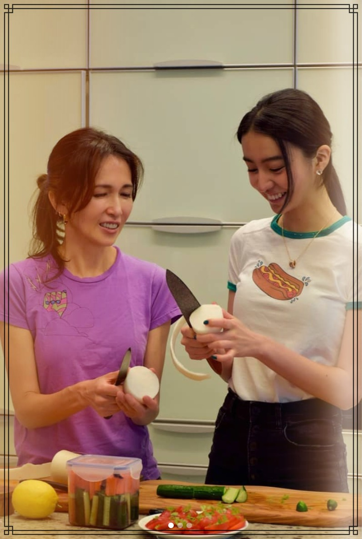 キッチンで料理をする工藤静香さんと次女・kokiさん