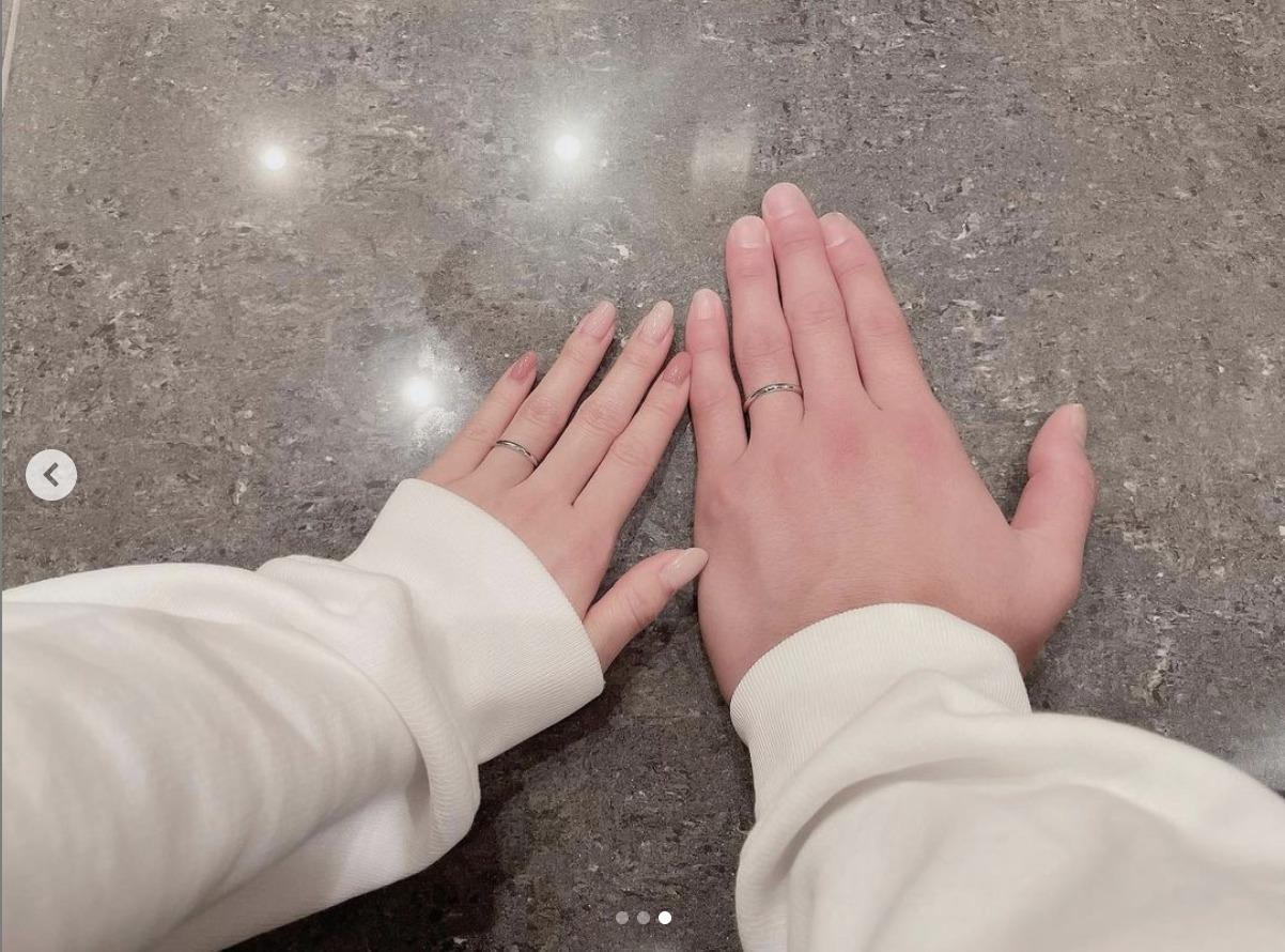 板野友美さんと高橋奎二さんの手の画像